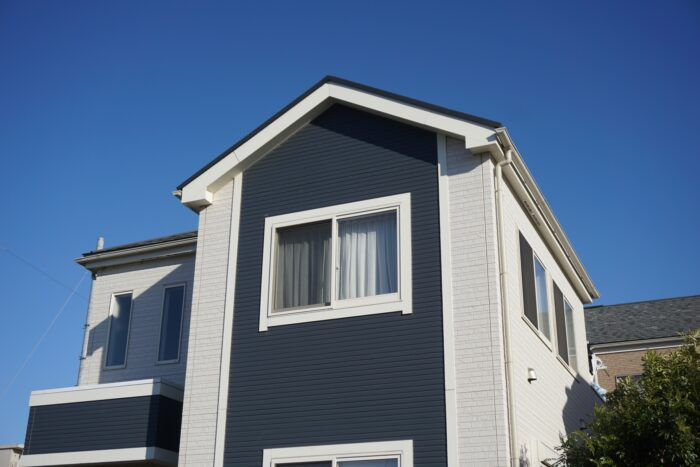 「白と濃い色のツートーンの家」の例