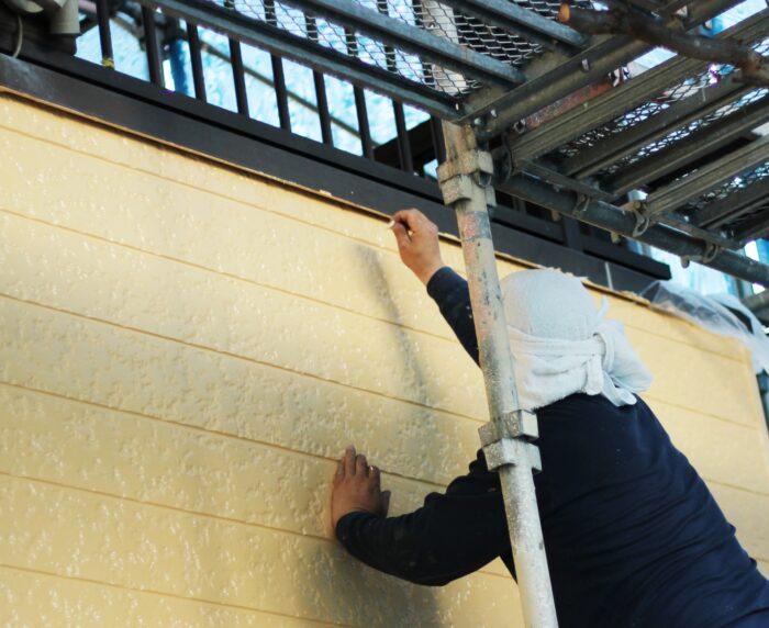 住宅の外壁を塗装している写真